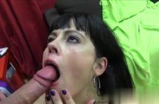 De milf laat haar smikkel vol cum ejaculeren door de jongeman