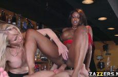 De ebony pijpt en word anal genaaid waarna het blondje een beurt krijgt