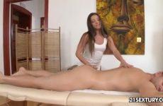 Hij krijgt een zwoele massage met een happy end