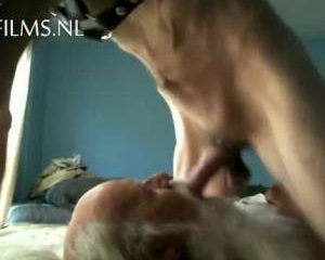 Tijdens het mond neuken slaan zijn ballen tegen de kin van de oude man