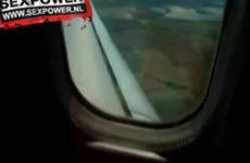 Vingeren in het vliegtuig